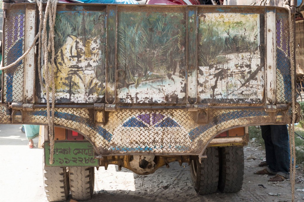 Lorries, too, are painted with various motifs. As well as the tiger, a symbol of strength, idyllic landscapes or images of an industrial nation like apartment blocks and aeroplanes are very popular.