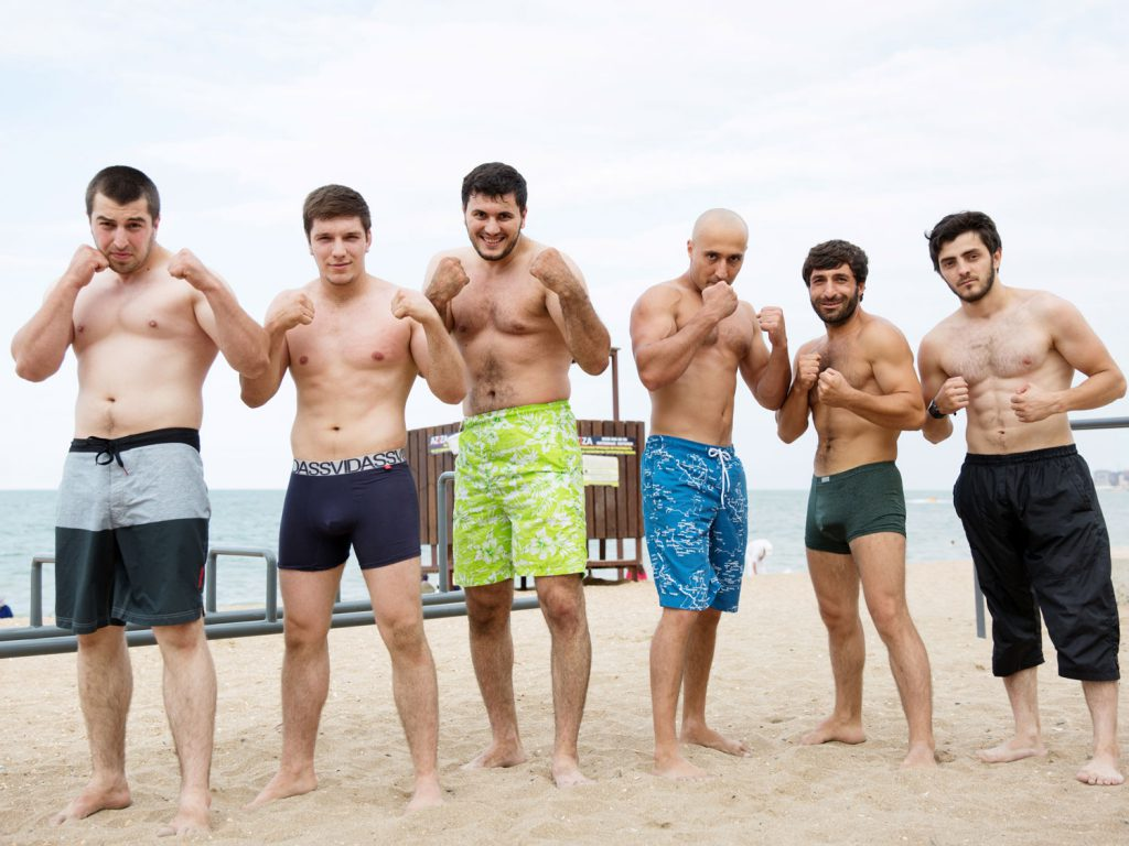 Young men on the beach: on the Caspian Sea, every day is exhibition day. © gullivertheis.de
