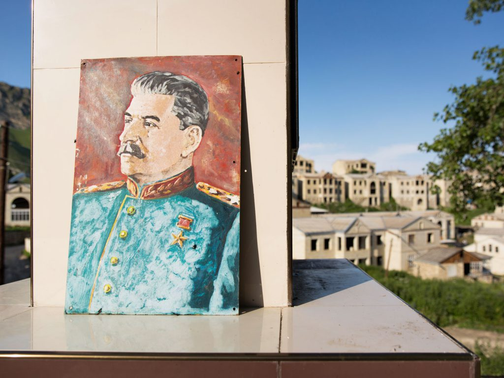 Stalin in the town centre: an hour's drive from Balkhar is Shukti, a town where a millionaire built 200 luxury houses. Yet he died before they could be completed – the buildings were never finished. © gullivertheis.de